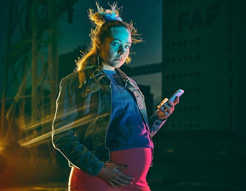 En ung gravid pige med mobil