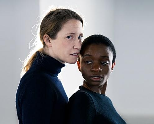 En hvid kvinde og en mørk kvinde