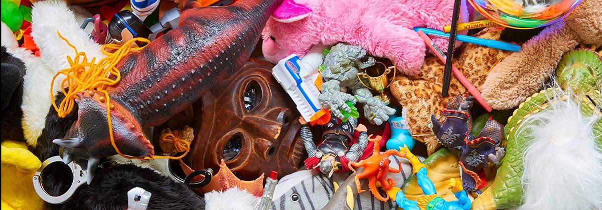 bamser og legetøj i en bunke
