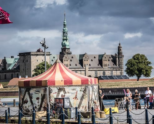 Cirkustelt og Kronborg i baggrunden