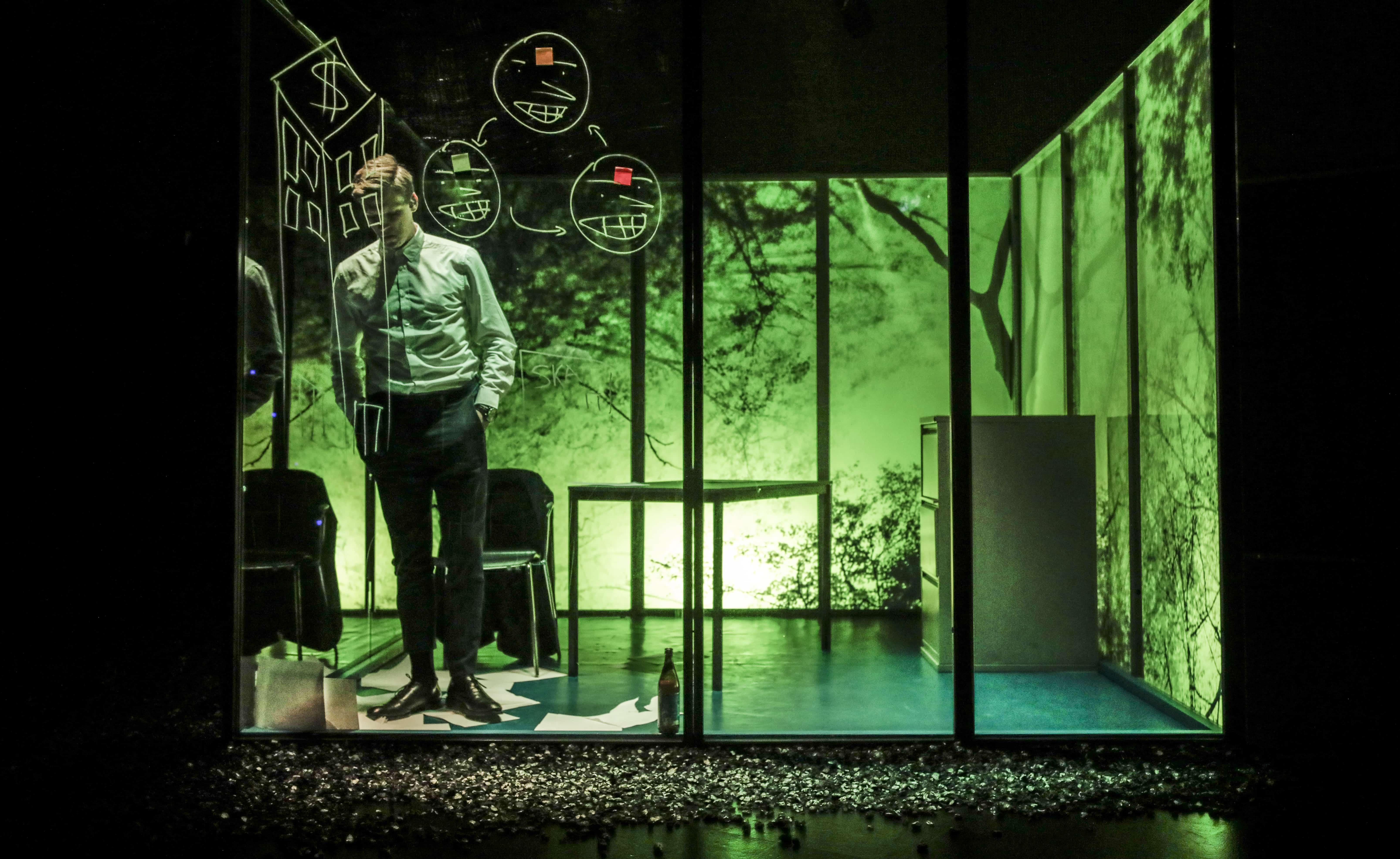 Scene fra INSIDEREN mand og grønt lys