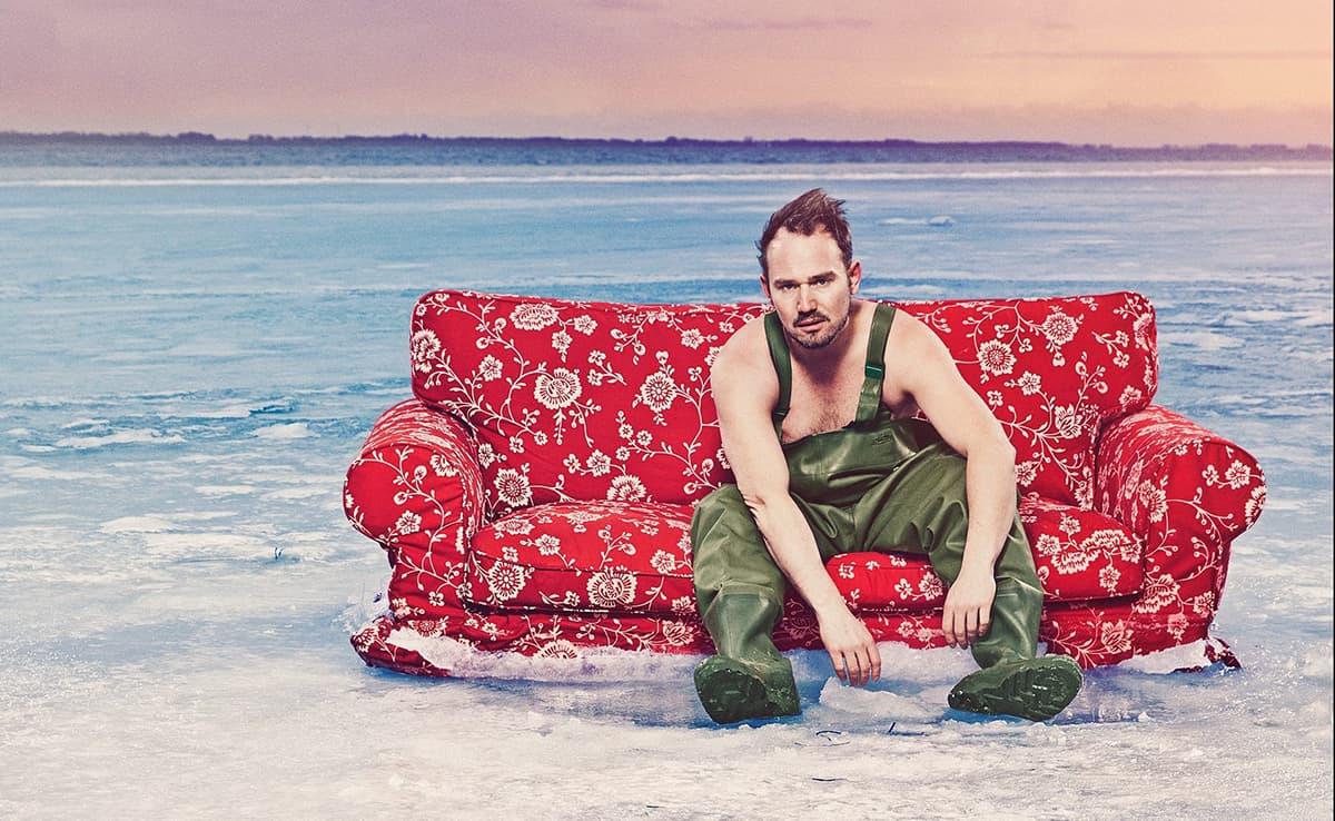 Mand sidder i en sofa i havet