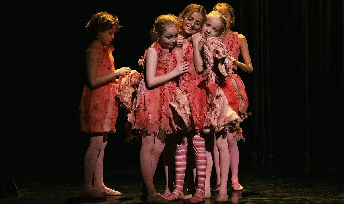 Scene fra Dansefeber. Små piger i lyserøde kjoler